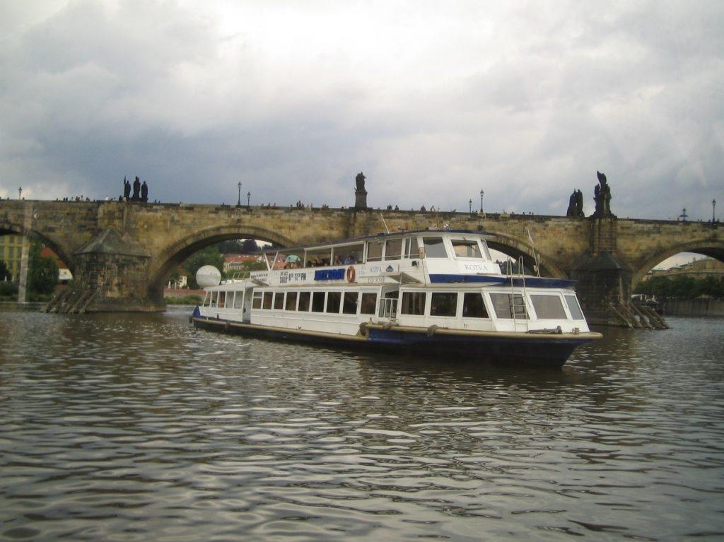 Κρουαζιέρα στο Μολδάβα της Πράγας, κάτω από τη γέφυρα του Καρόλου