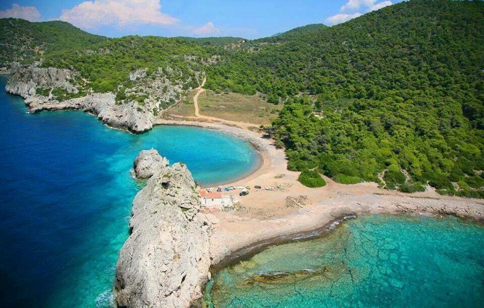 Παραλία Μυλοκοπή, τουρκουάζ νερά στο Δήμο Λουτρακίου